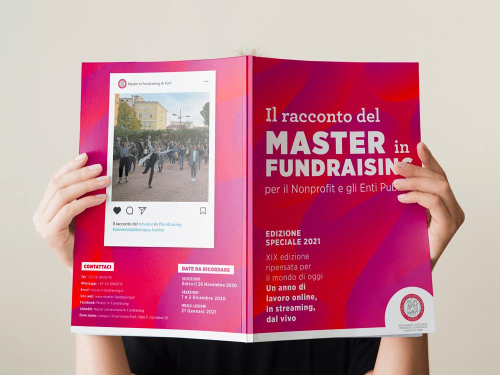 ragazza con brochure master in fundraising